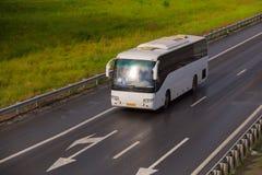 Το λεωφορείο πηγαίνει στην εθνική οδό χωρών στοκ εικόνες