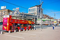 Το λεωφορείο στο τετράγωνο smolenskaya-Sennaya περιμένει τους τουρίστες Στοκ εικόνα με δικαίωμα ελεύθερης χρήσης