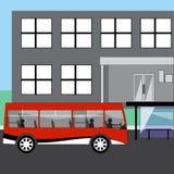 Το λεωφορείο τραβά στη στάση λεωφορείου Στοκ φωτογραφία με δικαίωμα ελεύθερης χρήσης