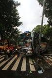 Το λεωφορείο τροχαίων ατυχημάτων χτύπησε το οδικό σημάδι Στοκ Εικόνα