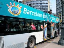 Το λεωφορείο Turistic της Βαρκελώνης στη στάση του Στοκ Εικόνες