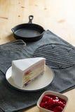 Το εύγευστο γλυκό στρώμα χρώματος ουράνιων τόξων αρτοποιείων επιδορπίων crepe τα WI κέικ Στοκ Εικόνα