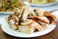 Το εύγευστο κοτόπουλο ψητού για το πρόχειρο φαγητό εξυπηρετεί στο άσπρο πιάτο στοκ εικόνα