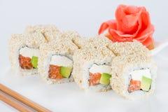 Το εύγευστο σούσι κυλά με το ρύζι, τυρί κρέμας, σολομός, αβοκάντο α Στοκ εικόνες με δικαίωμα ελεύθερης χρήσης