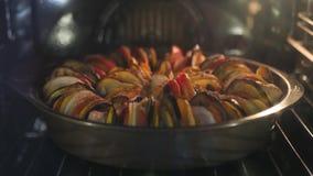 Το εύγευστο ratatouille είναι μαγειρευμένο στο φούρνο Χρονικές περιτυλίξεις 4k, 3840x2160 HD φιλμ μικρού μήκους