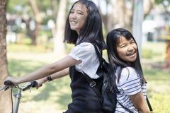 Το εύθυμο ασιατικό οδηγώντας ποδήλατο συγκίνησης ευτυχίας εφήβων σταθμεύει δημόσια στοκ φωτογραφίες με δικαίωμα ελεύθερης χρήσης