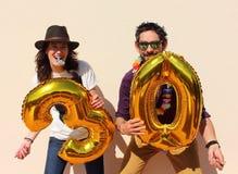 Το εύθυμο ζεύγος γιορτάζει γενέθλια τριάντα ετών Στοκ φωτογραφίες με δικαίωμα ελεύθερης χρήσης