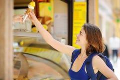 Το εύθυμο κορίτσι αγοράζει το παγωτό στην οδό της Ρώμης στοκ εικόνα