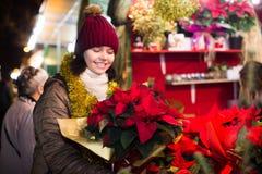 Το εύθυμο κορίτσι εφήβων επιλέγει τις floral διακοσμήσεις Στοκ φωτογραφίες με δικαίωμα ελεύθερης χρήσης