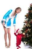 Το εύθυμο κορίτσι μητέρα-χιονιού κρατά μωρό-Santa Claus Στοκ Φωτογραφία