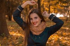 Το εύθυμο κορίτσι στην οδό αύξησε τα χέρια της επάνω κοντά Στοκ Εικόνα