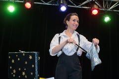 Το εύθυμο κορίτσι στο κοστούμι τσίρκων αποδίδει στο τσίρκο Στοκ φωτογραφία με δικαίωμα ελεύθερης χρήσης