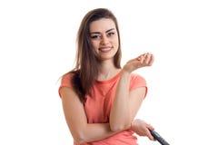 Το εύθυμο κορίτσι τρώει pop-corn και προσέχει μια TV Στοκ Εικόνες