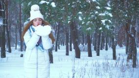 Το εύθυμο κορίτσι φυσά μακριά το χιόνι φιλμ μικρού μήκους