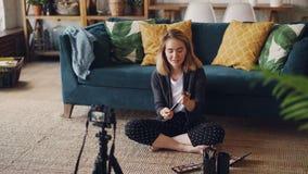 Το εύθυμο κορίτσι vlogger καταγράφει το βίντεο για τη σύνθεση, τα καλλυντικά και τα εργαλεία για το videolog της χρησιμοποιώντας  απόθεμα βίντεο