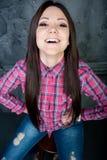 Το εύθυμο νέο κορίτσι θέτει Στοκ εικόνα με δικαίωμα ελεύθερης χρήσης
