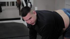 Το εύθυμο παχύ άτομο εκτελεί μια λανθασμένη άσκηση στη γυμναστική Για πρώτη φορά σε μια λέσχη ικανότητας απόθεμα βίντεο