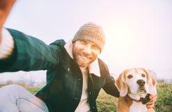 Το εύθυμο χαμογελώντας άτομο παίρνει selfie τη φωτογραφία με το bea καλύτερων φίλων του στοκ φωτογραφία