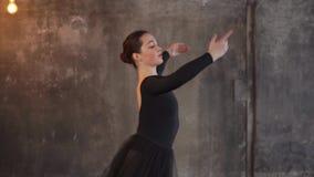 Το εύκαμπτο κορίτσι χορευτών κάνει τις κινήσεις με το χέρι και το σώμα σε ένα στούντιο απόθεμα βίντεο