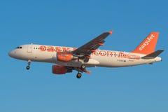 Το εύκολο αεριωθούμενο airbus A320 προσγειώνεται Tenerife στο νότιο αερολιμένα Στοκ φωτογραφία με δικαίωμα ελεύθερης χρήσης