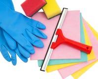 Το ελαστικό μάκτρο, το σφουγγάρι, το κουρέλι και το γάντι απομόνωσαν άσπρος και έτοιμος για τον καθαρισμό Στοκ εικόνα με δικαίωμα ελεύθερης χρήσης