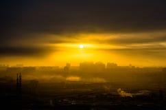 Το ελαφρύ ηλιοβασίλεμα ανατολής ουρανού ημέρας μοιρών ήλιων πόλεων σκιαγραφιών που χτίζει το βιομηχανικό ήλιο καλύπτει Στοκ φωτογραφία με δικαίωμα ελεύθερης χρήσης