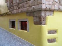 Το ελληνικό ύφος διακόσμησε τον πέτρινο τοίχο στοκ εικόνα
