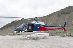 Το ελικόπτερο από την επιχείρηση γραμμών ελικοπτέρων που προσγειώνεται στη χιονοσκεπή αιχμή βουνών γύρω από Aoraki τοποθετεί Cook Στοκ εικόνα με δικαίωμα ελεύθερης χρήσης