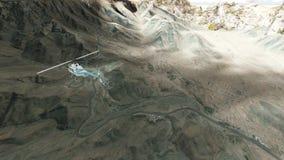 Το ελικόπτερο που πετά πέρα από τα βουνά με τις ομαλές μεταβάσεις ξεπερνά απόθεμα βίντεο