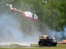 Το ελικόπτερο BO-105 Centrospas και για όλα τα εδάφη όχημα ` Sherp ` στη σειρά του Noginsk διασώζει το κέντρο EMERCOM της Ρωσίας Στοκ Εικόνες