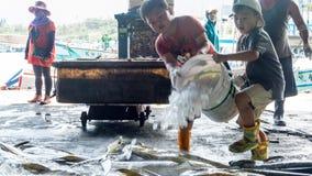 Το ελλιμενισμένο λιμάνι αλιείας Chenggong αλιευτικών σκαφών αφαιρεί το goo αλιείας Στοκ Φωτογραφίες