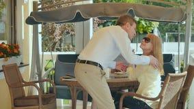 Το ελκυστικό άτομο έρχεται στην οικογένεια στο πεζούλι απόθεμα βίντεο