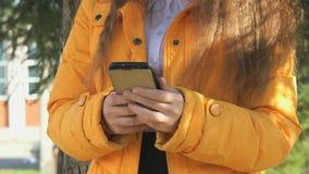 Το ελκυστικό κορίτσι που κρατά ένα κινητό τηλέφωνο φιλμ μικρού μήκους