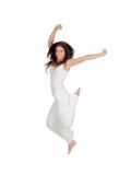 Το ελκυστικό κορίτσι brunette έντυσε στο άσπρο άλμα στοκ φωτογραφία με δικαίωμα ελεύθερης χρήσης