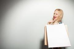 Το ελκυστικό νέο κορίτσι είναι τρελλό για τις αγορές Στοκ εικόνα με δικαίωμα ελεύθερης χρήσης