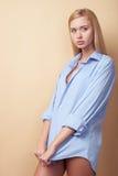 Το ελκυστικό νέο ξανθό κορίτσι είναι πολύ ντροπαλό Στοκ Εικόνες