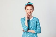 Το ελκυστικό νέο redhead κορίτσι με το τέλειο καθαρό δέρμα που εξετάζει και που χαμογελά τη κάμερα με την ευτυχή και χαρούμενη έκ στοκ εικόνα