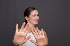 Το ελκυστικό ρητό γυναικών ευχαριστεί αλλά αριθ. Στοκ φωτογραφίες με δικαίωμα ελεύθερης χρήσης
