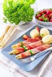 Το ζαμπόν σπαραγγιού κυλά με τις φράουλες και Στοκ φωτογραφία με δικαίωμα ελεύθερης χρήσης