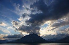 Το ζαλίζοντας βουνό και τα σύννεφα της λίμνης Como Στοκ Φωτογραφία