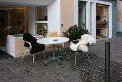 Το ζεστό καλωσόρισμα αναμένει τον καφέ επισκεπτών στοκ φωτογραφίες με δικαίωμα ελεύθερης χρήσης