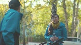 Το ζευγάρι έκανε μια στάση κατά τη διάρκεια της ανακύκλωσης του νερού στο ποτό απόθεμα βίντεο