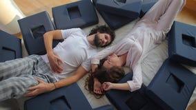 Το ζευγάρι βρίσκεται μεταξύ των ορθοπεδικών μαξιλαριών απόθεμα βίντεο