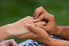 Το ζευγάρι κρατά τα χέρια Στοκ Φωτογραφίες