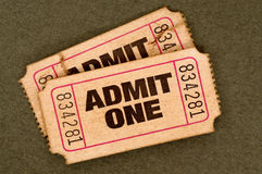 Το ζευγάρι παλαιού που σχίζεται αναγνωρίζει τα εισιτήρια ενός κινηματογράφου Στοκ Εικόνα