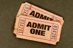 Το ζευγάρι παλαιού που σχίζεται αναγνωρίζει τα εισιτήρια ενός κινηματογράφου Στοκ φωτογραφία με δικαίωμα ελεύθερης χρήσης