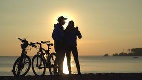 Το ζευγάρι τελείωσε το γύρο ποδηλάτων στον ποταμό και κάνει το selfi απόθεμα βίντεο
