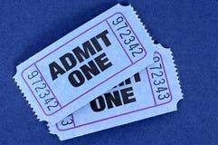 Το ζευγάρι του μπλε αναγνωρίζει τα εισιτήρια ενός κινηματογράφου σε ένα μπλε υπόβαθρο Στοκ εικόνα με δικαίωμα ελεύθερης χρήσης