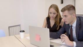 Το ζευγάρι του νέου οικονομικού analytics λειτουργεί στο γραφείο ξεκινήματός τους φιλμ μικρού μήκους