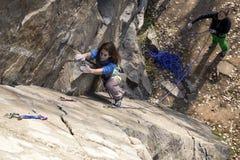 Το ζευγάρι των θηλυκών ορειβατών επιτίθεται τον τοίχο βράχου Στοκ Εικόνες